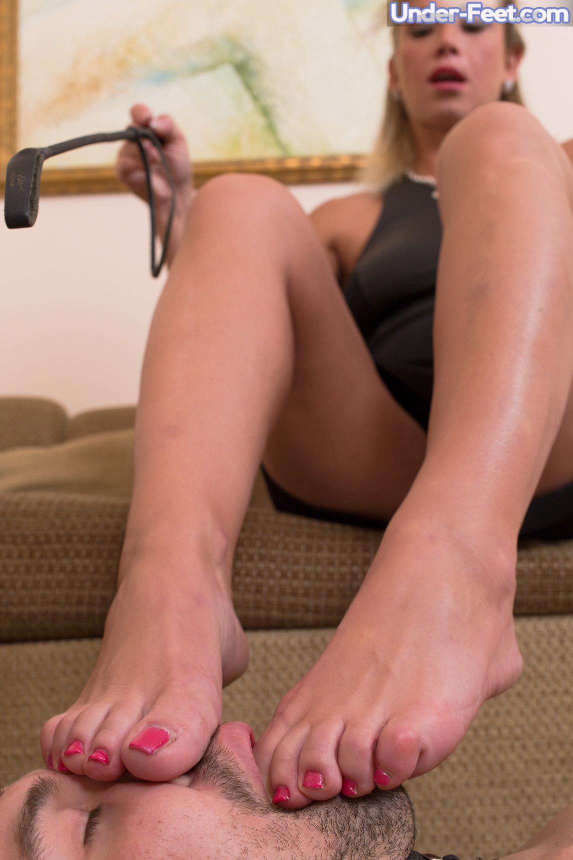 Фетиш под столом госпожи смотреть онлайн, жестко трахает свою жену