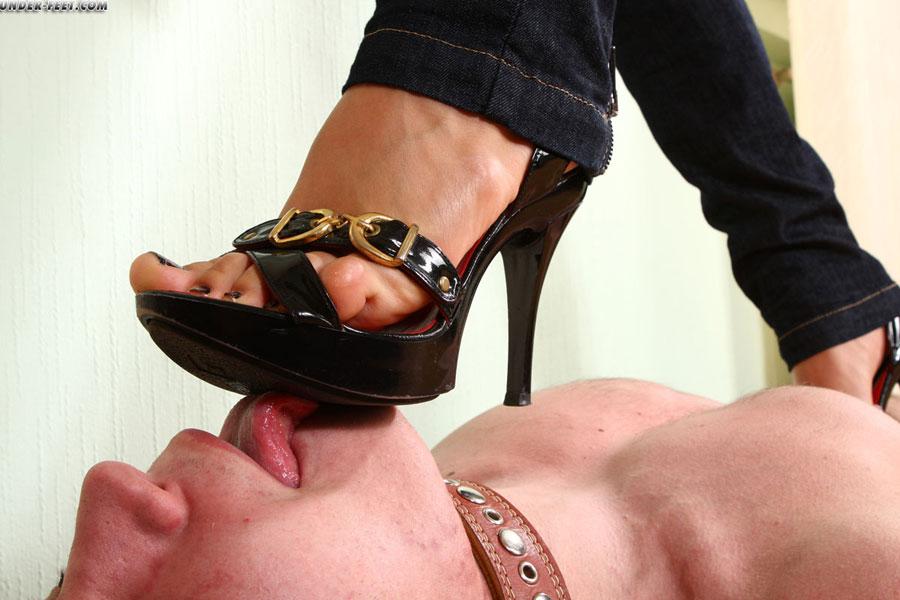 Раб лижет ноги своей госпоже видео фут фетиш